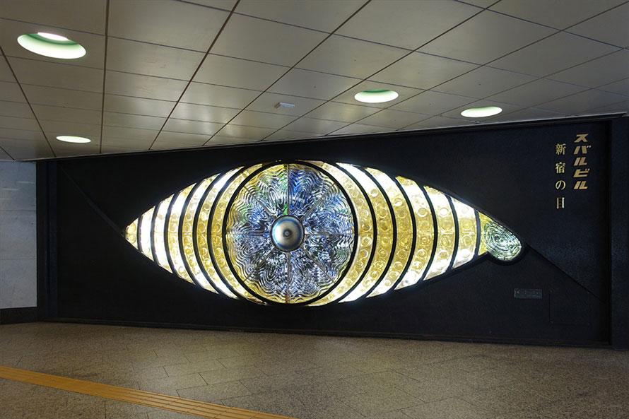 彫刻家 宮下芳子作「新宿の目」