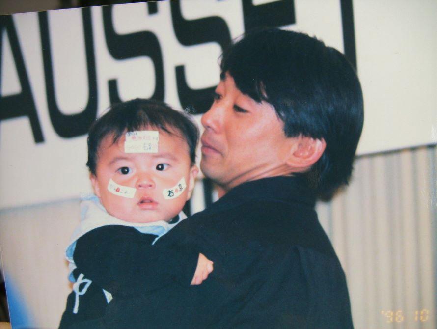1996年10月、F1日本GPにて幼少期の笹原右京選手(左)と片山右京さん(右)。