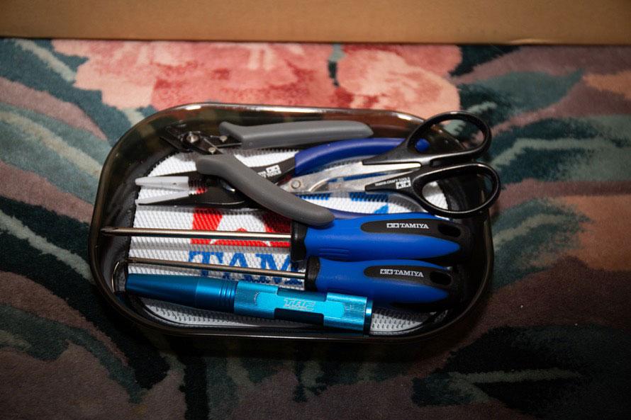 工具もタミヤの製品を中心にそろえてみた。ニッパーやドライバーのほか、ボディの余白を切り出すためのハサミも用意。