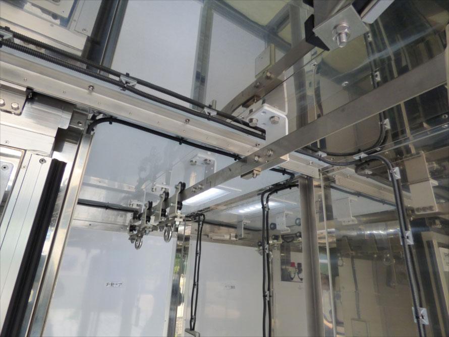 食肉を床に降ろすことなく移動できる吊り下げレールはクリーンルームの扉開閉に伴い折りたたまれるよう工夫されている。