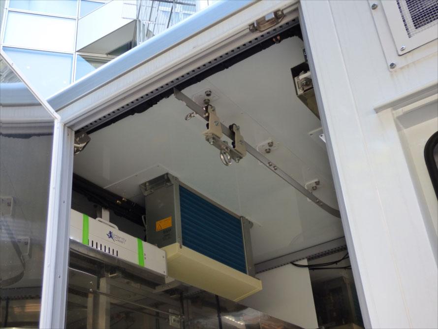 枝肉を食肉加工工場に運ぶ冷蔵室は、上部のレールと下部のフックで枝肉同士がぶつからないようになっている。