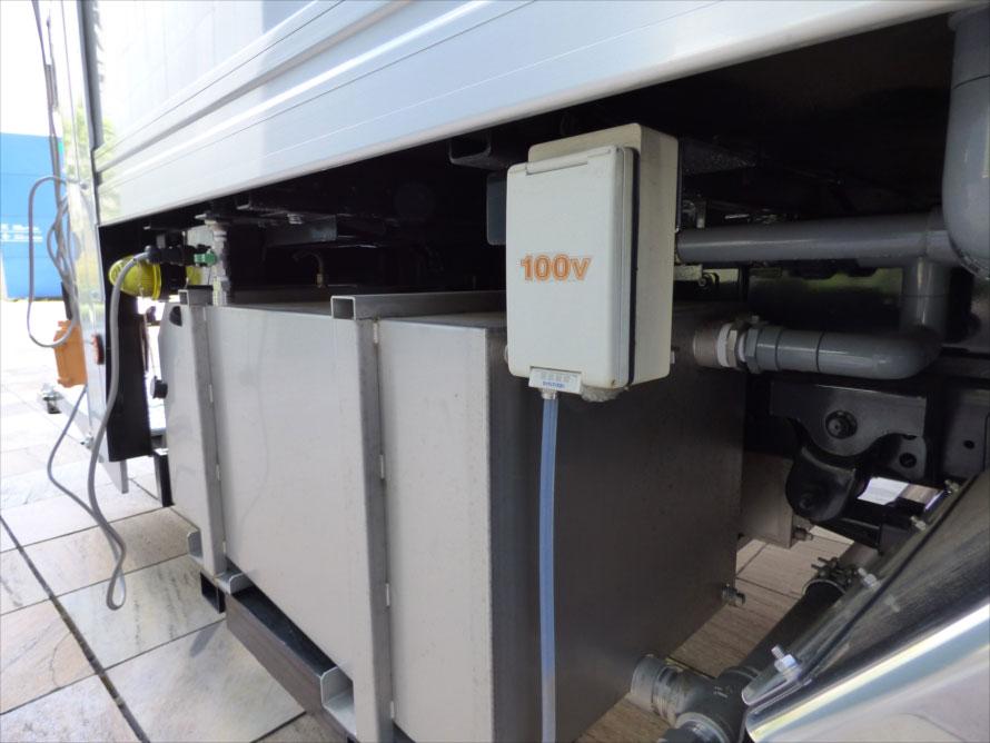 数百リットルの浄水と汚水を漏らさずに運ぶため大型のタンクが備えられ、左右に汎用の100Vアウトレットも用意される。