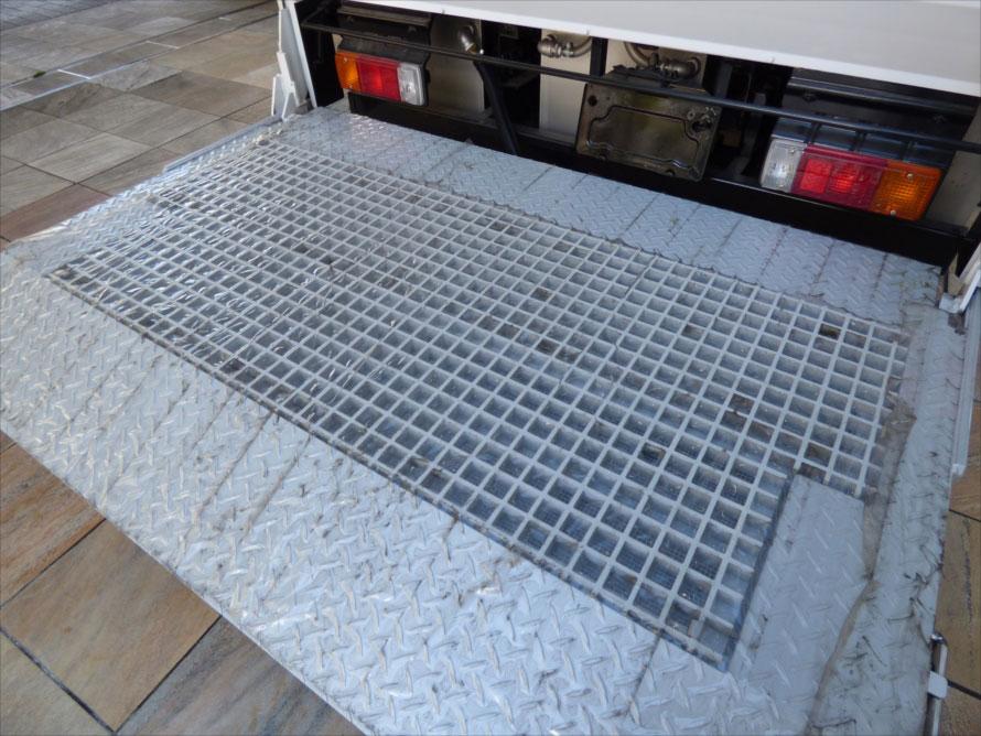 搬入口となるリフトも汚水を周囲に漏らさないよう特別な加工が施されている。