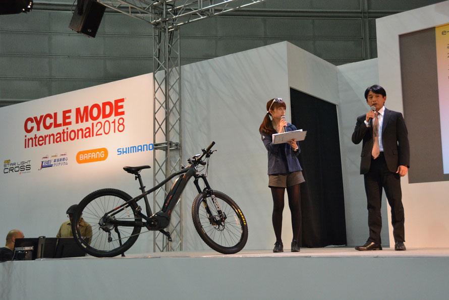 右、一般社団法人全日本実業団自転車競技連盟(JBCF)の理事長片山右京氏。