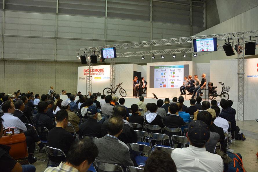 「サイクルモードインターナショナル2018」の会場の一画にあるメインステージでシンポジウムを開催。
