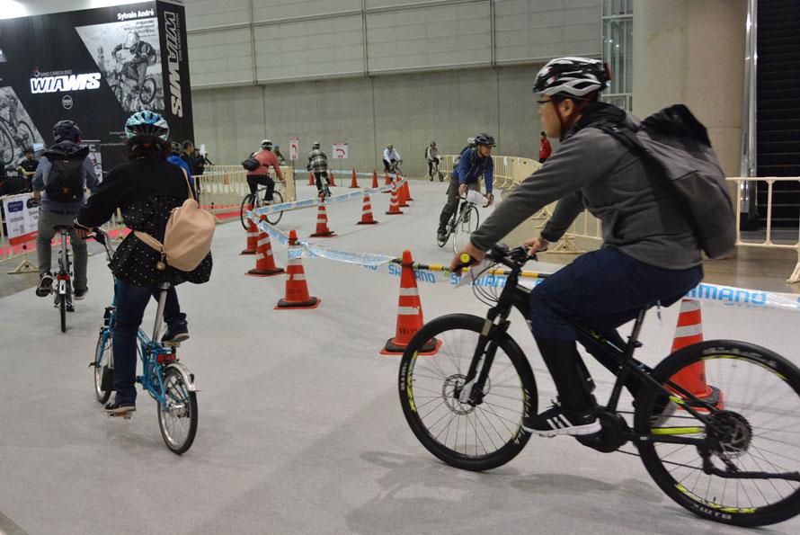 会場内には試乗コースが用意されており、出展者の最新自転車を無料で試すことができる。