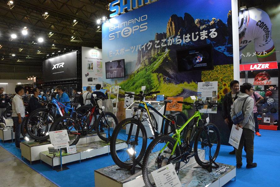 会場中央のひときわ大きなブースがシマノ。電動自転車も数多く展示していた。