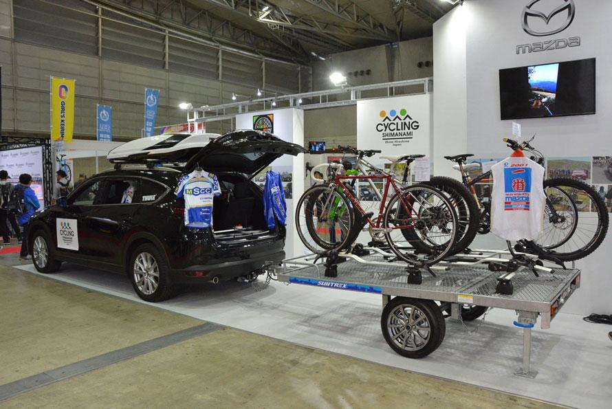 自動車メーカーとしては、唯一、マツダが参加。純正の自転車用キャリアを使って6台を搭載する牽引車を展示。