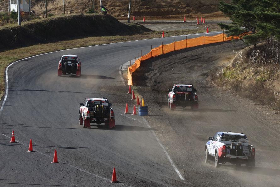 コースの一部にダートと舗装路の併走区間が設けられ選手が任意に選択できる