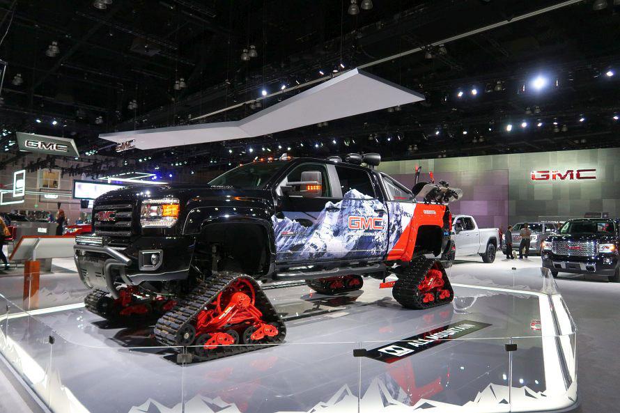 市販車ではありませんが、タイヤを外してクローラーを装着したトラックも。どこでも走れちゃいそう。