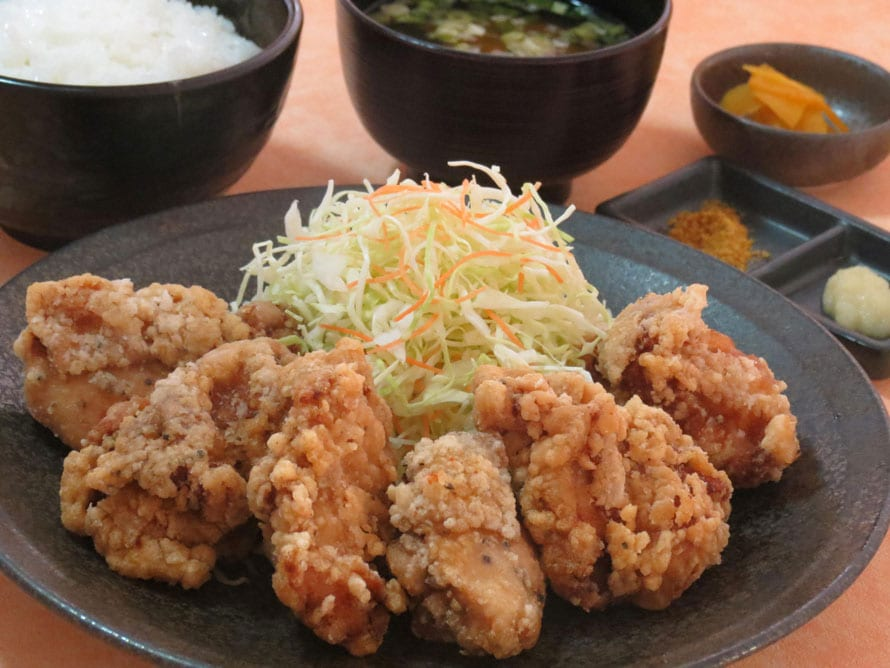 鶏唐揚定食。写真は大盛