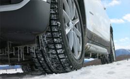 意外と知らない疑問を解説。スタッドレスタイヤはどうして雪や氷の路面でも走れるのか?