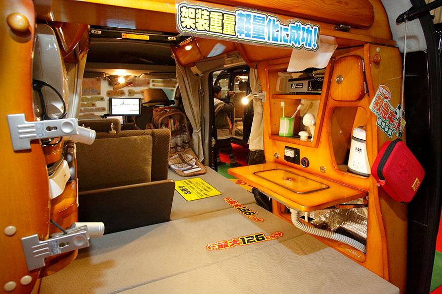 大きな棚を備えており、小物も収納できる。