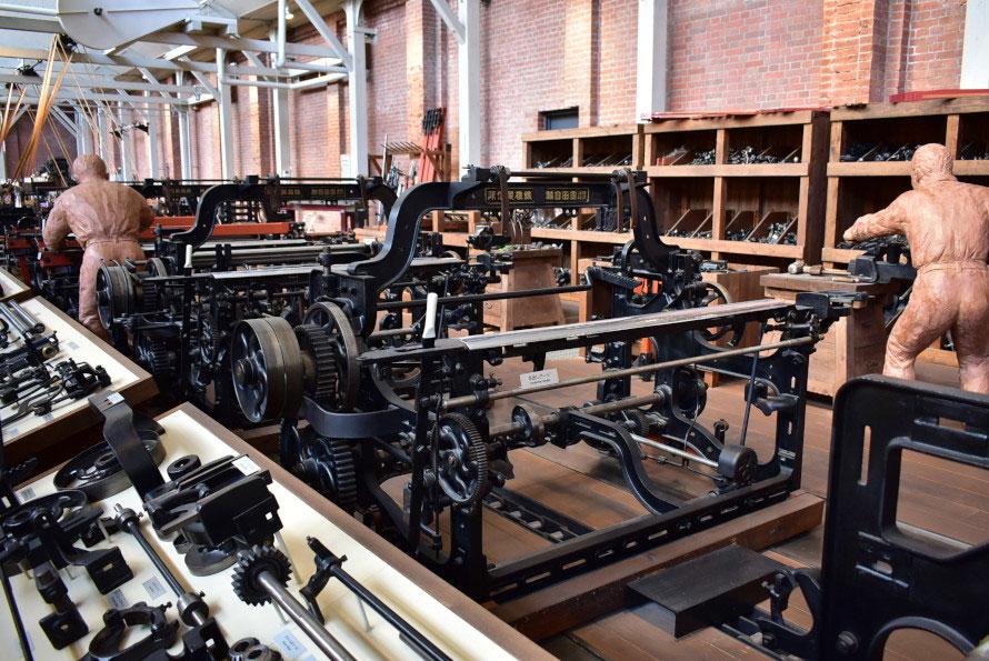 G型自動織機の組み立てラインを再現。チェーンコンベアを引いての流れ作業は、人員や在庫の管理が効率よくできる。現在のクルマの組立ラインの原型