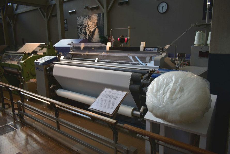 水の力で1分間に1,000本のよこ糸を通すウォータージェット織機