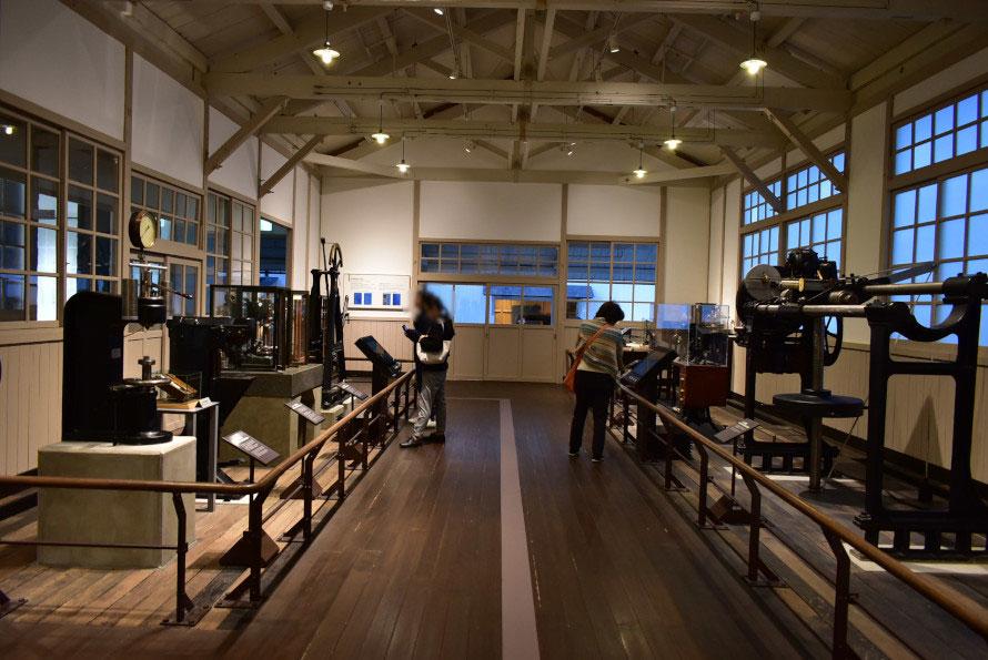 材料試験室。さざまな測定器が当時の配列順に並ぶ