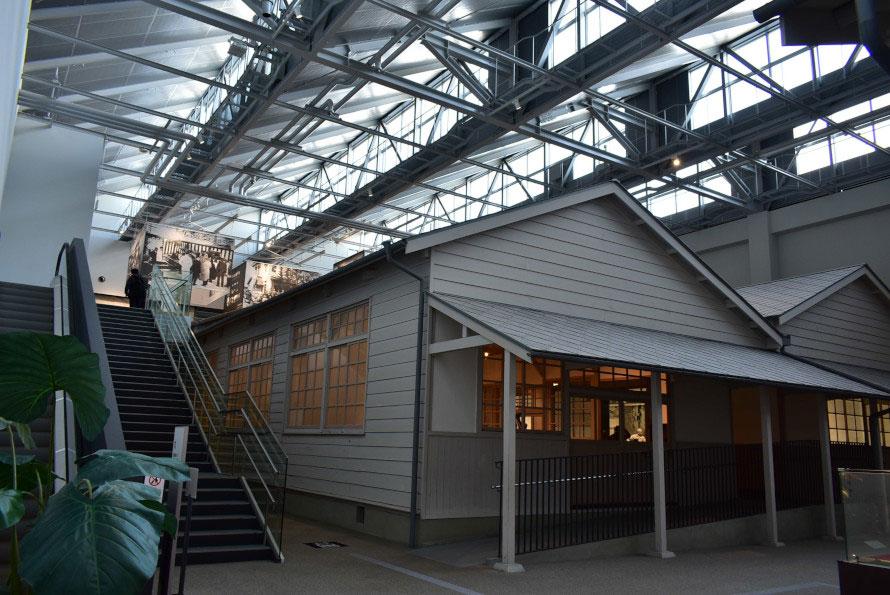 移築された建物を外側から見た様子。エスカレーター・階段を上がって2階の展示室へ