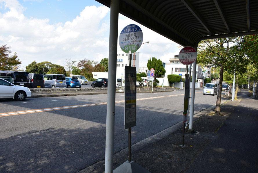 住民バスの乗り場と名鉄バスの乗り場が並ぶ。ここで乗り換えをして団地の外へ向かうことができる