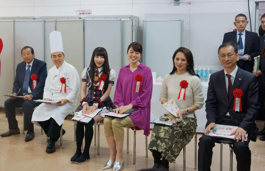 左から陳 建一さん、柘植末利さん、もえのあずきさん、川瀬良子さん、大橋菜央さん、村山和夫さん