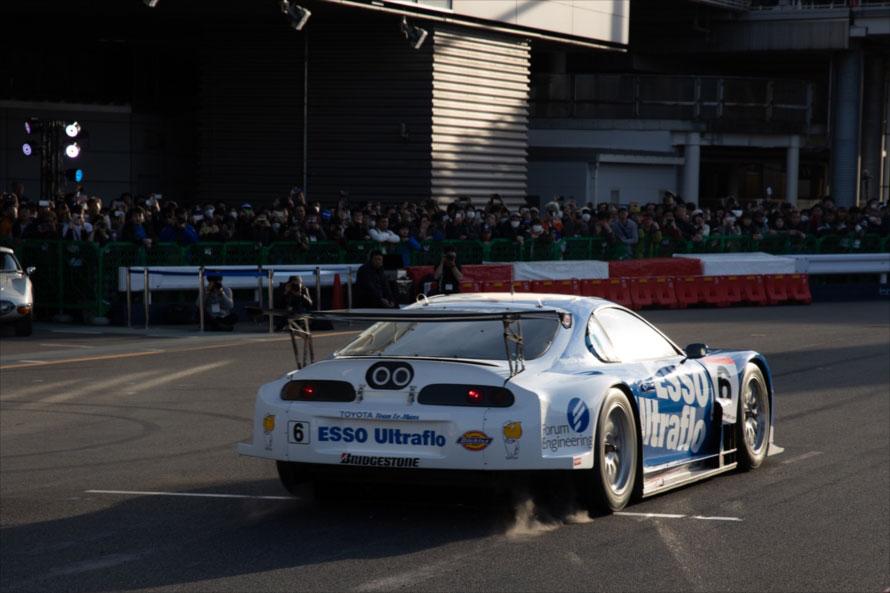 SUPER GTではスタンディングスタートは行わないが、今回は特別に実施。リアタイヤからタイヤスモークが上がる