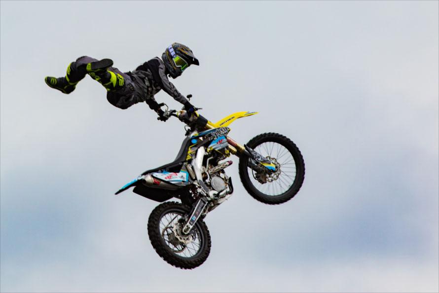 空中を舞うモトクロスバイク(2017年D1グランプリ最終戦で撮影)