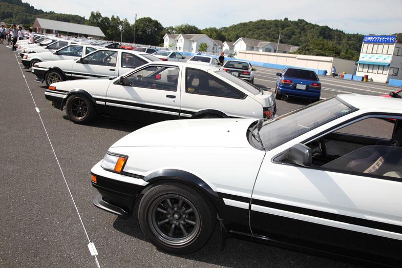 スタンド裏に設けられたAE86専用駐車場。次から次へとAE86が集まり、駐車場のほとんどを埋め尽くしてしまった。頭文字Dの名前が付いたイベントということもあり、白黒のトレノが一番人気