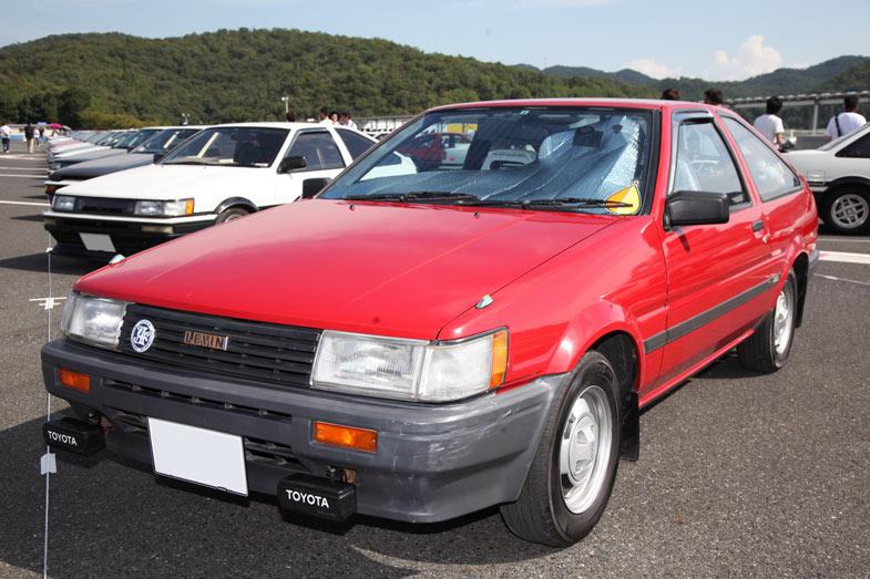 AE86専用駐車場の一画にはなんとAE85が! 頭文字Dの中で、主人公の友人がAE86と間違えて買ってしまったことで一躍有名になった