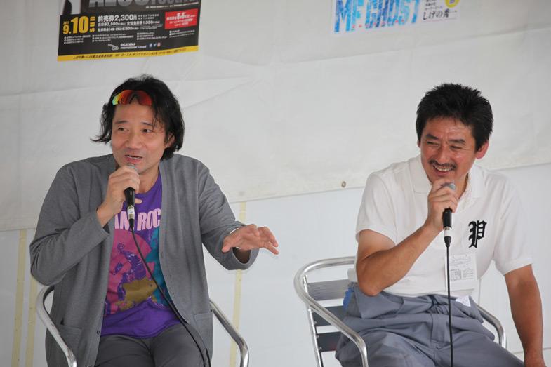 三木眞一郎さん(左)はステージカー上でのトークショーも行った。右はAE86専門店・カーランドの得知さん。三木さんは頭文字Dの声優の仕事が決まった頃にAE86を購入。ダートトライアルなどを楽しんでいたそう