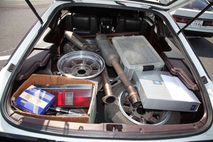 トランクに大量に積んである荷物は今回のイベントでの販売用。AE86オーナー垂涎のお宝がいっぱい