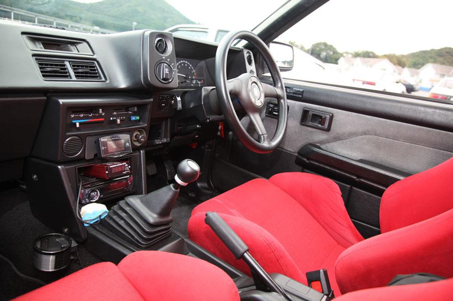 エンジンルーム同様、メンテナンスが行き届いたインテリア。赤いシートがタイプR用で、レカロのシートレールと組み合わせて装着。シフトレバー前のコンソールには追加メーターを集約