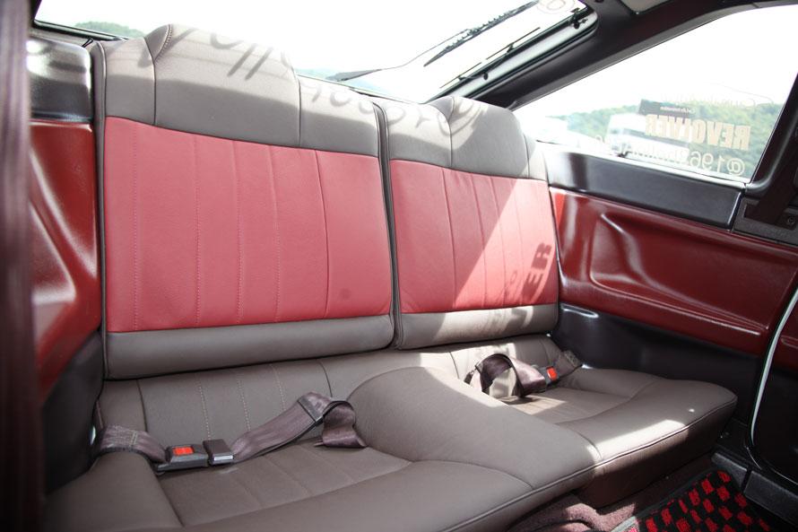 シートは前後ともに本革を張り込む凝りよう。運転席のシートのみレカロ(これも本革!)