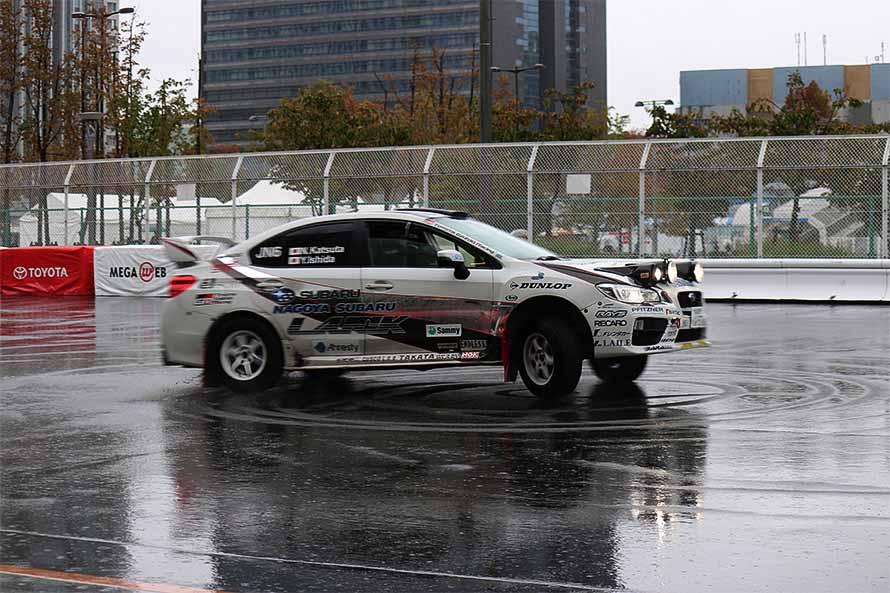 同日の午後にはメガウェブ内の特設コースでドリフトチャレンジを実施。ラリードライバーの勝田範彦さんが抽選で当たった来場者を助手席に乗せ、デモランを行った。デモラン後の来場者の方からは「あんな風に運転ができたら楽しいと思う!本当にいい体験ができました!」と喜びの声が