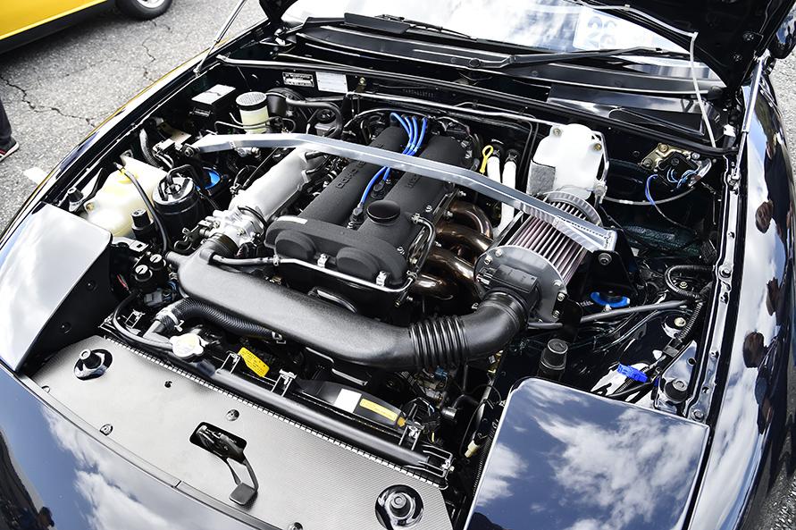 配線のビニールや樹脂パーツなど、細部を見ても25年前のクルマであることが信じられないエンジンルーム。もちろん、走りも絶好調。