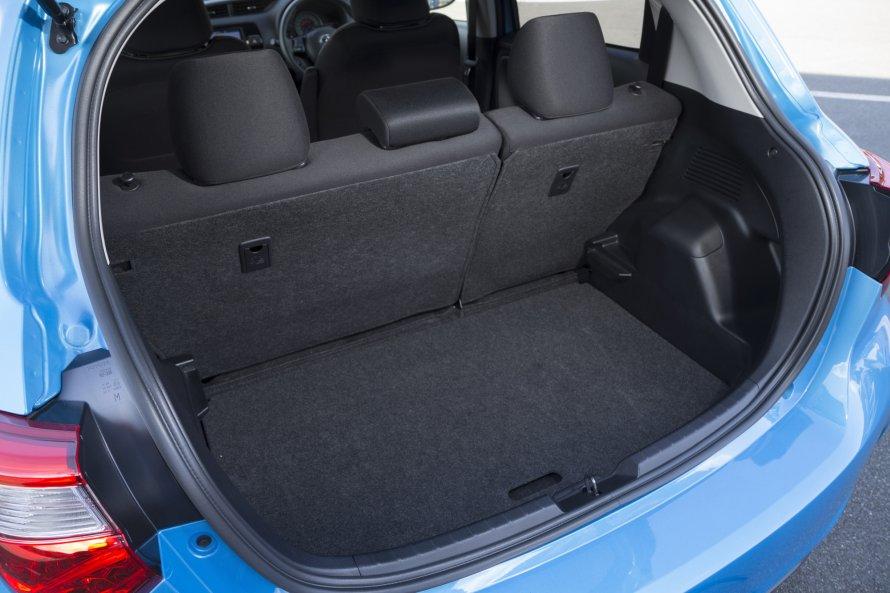ヴィッツHYBRID Uの荷室。後席の背もたれを前方に倒すことで、積載容量を拡大できる。