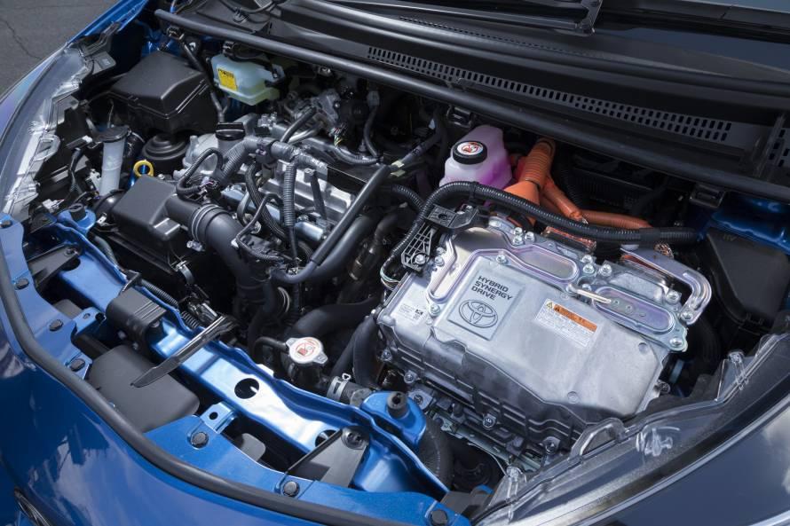 ヴィッツHYBRID GR SPORTのパワーユニット。排気量1.5リットルの直列4気筒エンジンに電気モーターが組み合わされる。