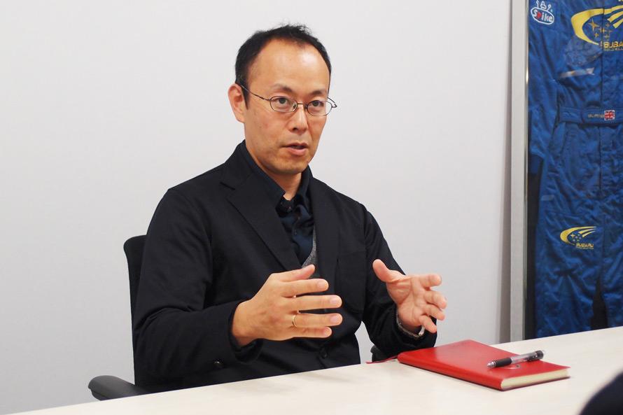 STIの取り組みについて説明する篠田 淳さん。レーシングカーと市販型スポーツモデルの開発を、同じスタッフが担当しているのは、STIの大きな特徴と語る。