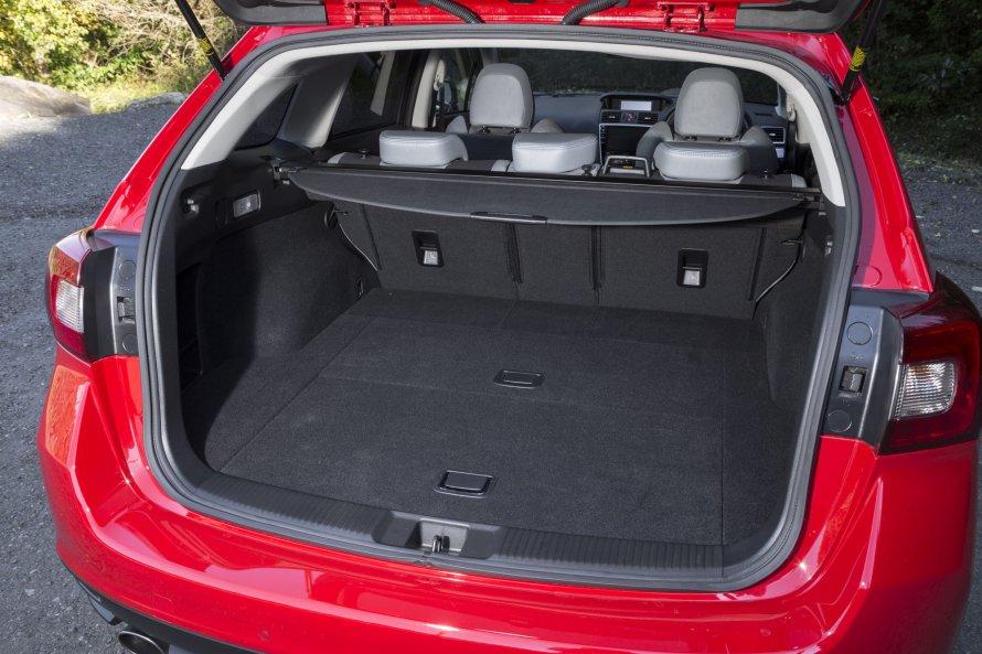 荷室の機能性は、レヴォーグ2.0GT-S EyeSightでも変わらない。5人乗車時でも、ゴルフバッグは4つまで収納可能。
