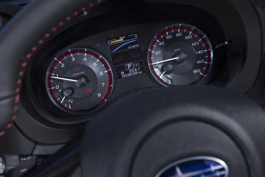 レヴォーグ2.0STI Sport EyeSightのルミネセントメーター。エンジン回転計にはSTIのロゴが添えられる。