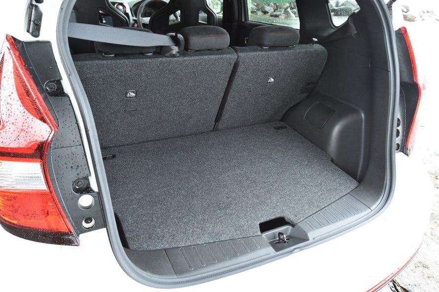 ノートe-POWER NISMOの荷室はノーマル車と変わらない。後席の背もたれを倒すことで、積載容量を拡大できる。