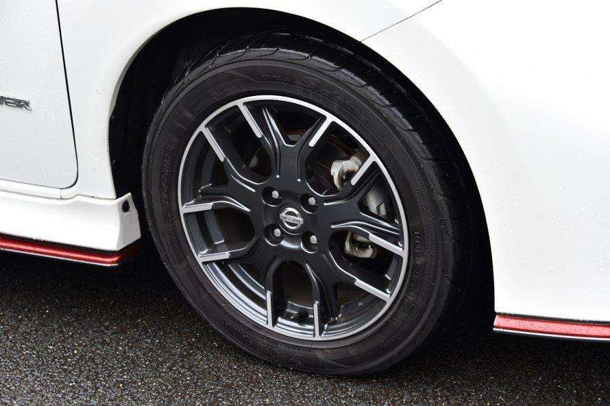 ノートe-POWER NISMOの16インチアルミホイール。タイヤはヨコハマDNA S.driveが組み合わされる。