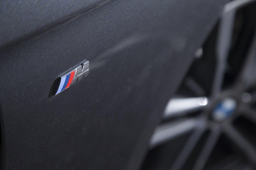 M Sportモデルのフロントフェンダーには、トリコロールが特徴的な「M」のエンブレムが装着される。