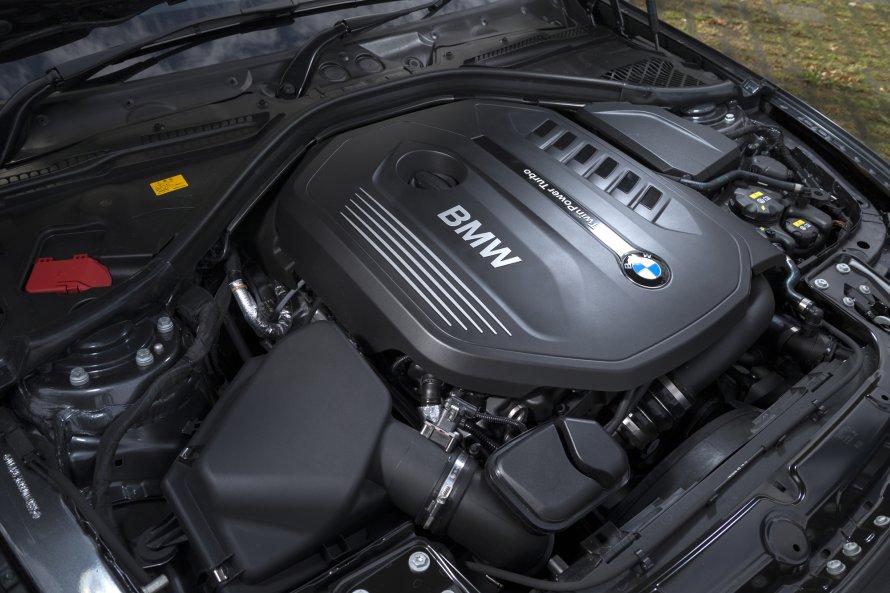 最高出力326PSを発生するBMW 340iの3.0リットル直列6気筒ターボエンジン。出力やトルクの値には、グレード(M Sport/Luxury)による差異はない。