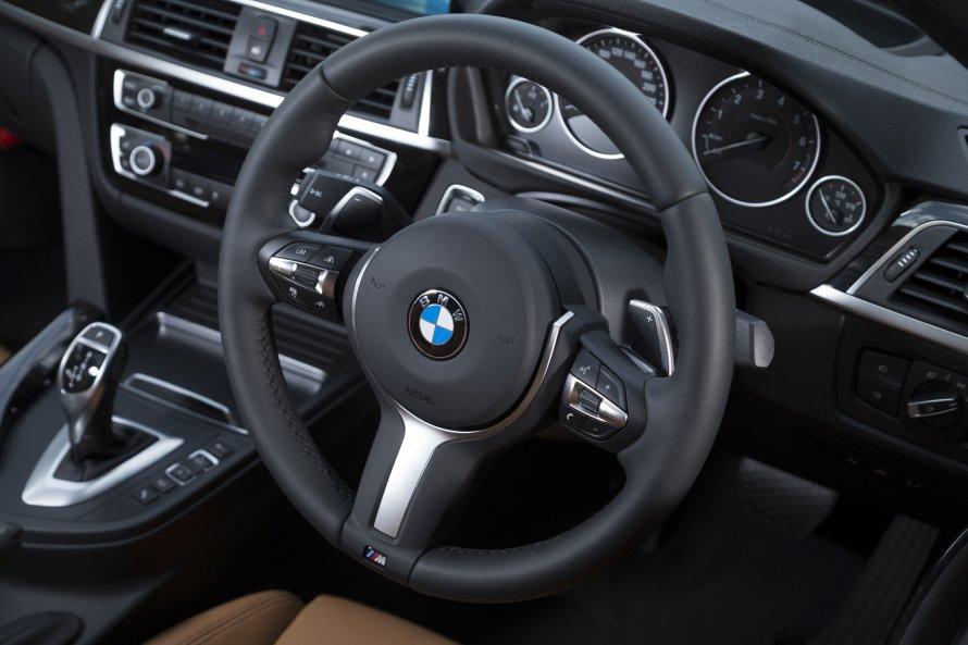 BMW 340i M Sportのステアリングホイール。リムの下端が「M」のエンブレムで飾られる。