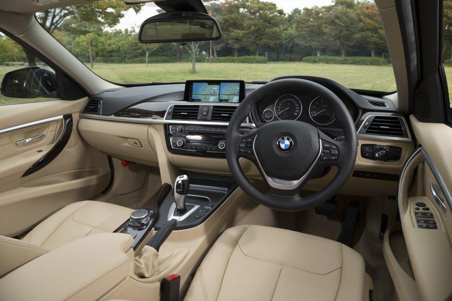 340i Luxury(写真)は、340i M Sportとはステアリングホイールが異なる。シフトパドルは備わらない。