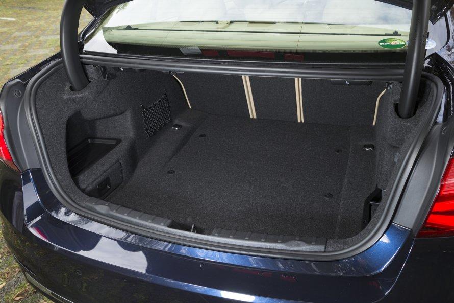 340i Luxuryのトランクルーム。340i M Sportとは差異がなく、後席のアレンジによりさまざまな荷物の積載に対応する。