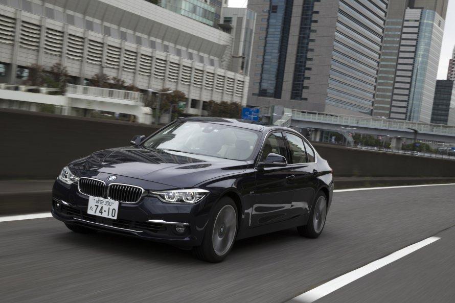 快走する340i Luxury。燃費性能は340i M Sportと変わらず、JC08モードの値で13.5km/リットルと公表されている。