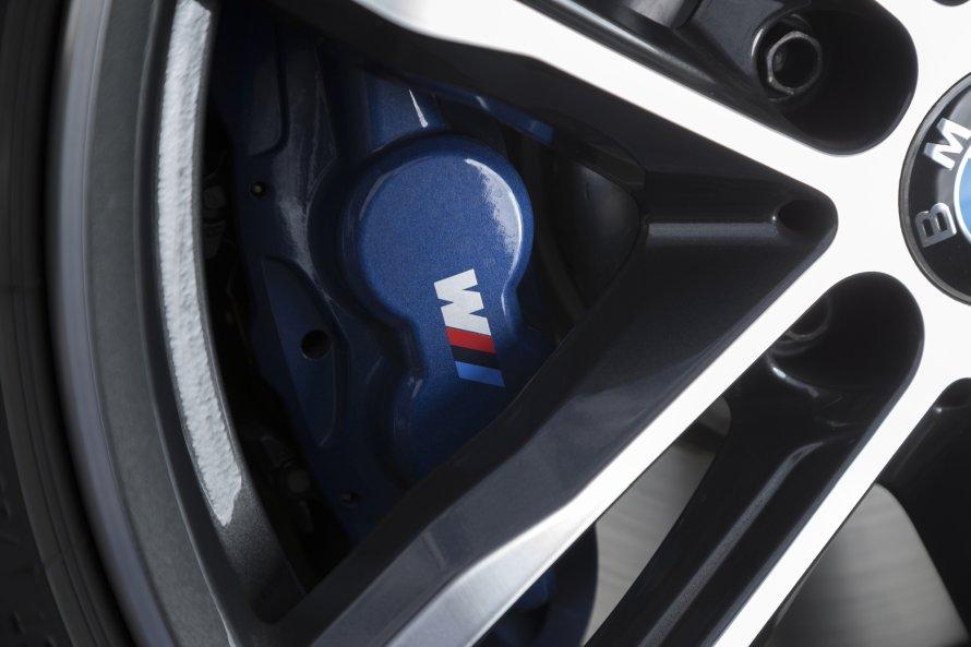 340i M Sportのホイールの奥から、ブルーに彩られたMスポーツ・ブレーキのキャリパー顔をのぞかせる。