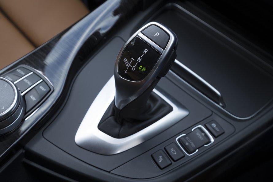 340i M Sportのトランスミッションは8速ATのみ。シフトレバーのそばには、走行モードのセレクトスイッチがレイアウトされる。