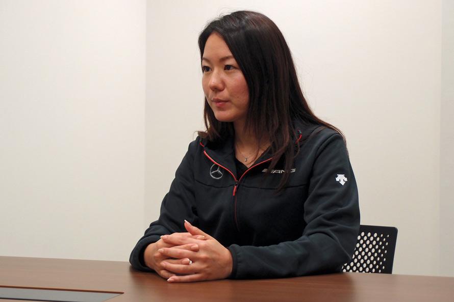 その名も「AMG課」のマネージャーを務める上野麻海さん。「半世紀がたったいまでも、AMGのモータースポーツに対する情熱は変わっていません」と熱く語る。