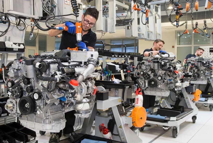 AMGの高性能エンジンについては、ひとりの職人が1基の組み立てを担当し、その名を記したプレートがエンジンに添えられる。